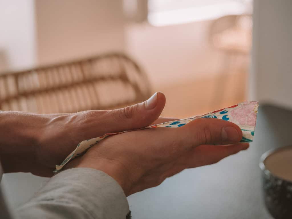 Emballage réutilisable Abeillons entre les mains