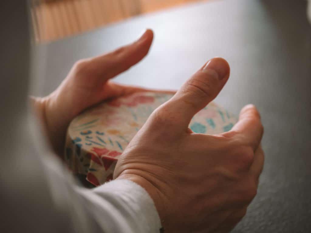 Emballage réutilisable Abeillons sur un bol tenu entre les mains