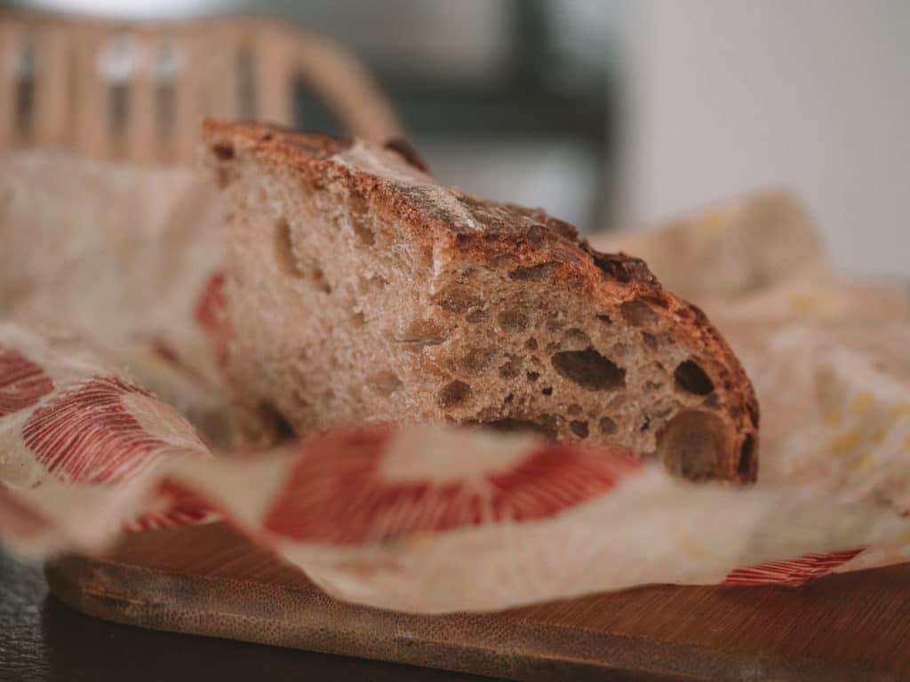 Bout de pain dans un emballage réutilisable Abeillons