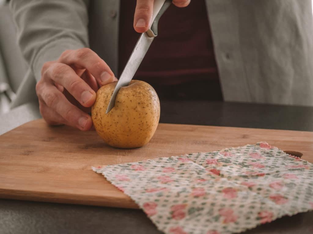 Pomme à côté d'un emballage réutilisable Abeillons