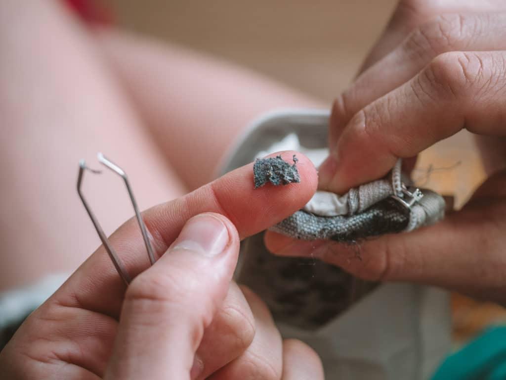 Manipulation avec micro-plastiques dans un sac Guppyfriend